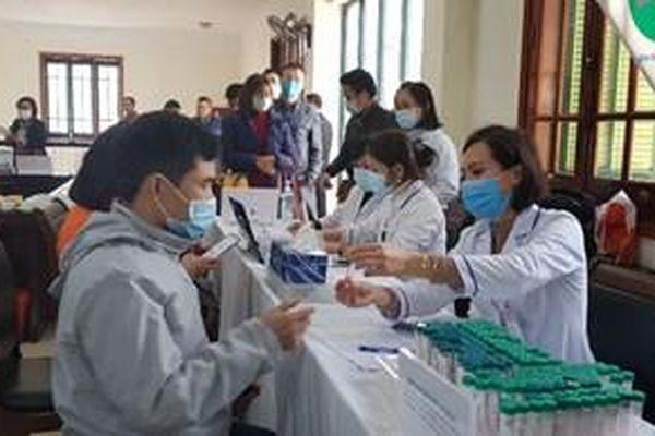Lấy mẫu xét nghiệm COVID-19 cho phóng viên tác nghiệp tại Đại hội XIII của Đảng