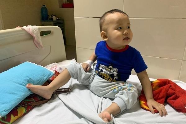 Bé trai 2 tuổi bị ung thư máu mong có cơ hội được sống