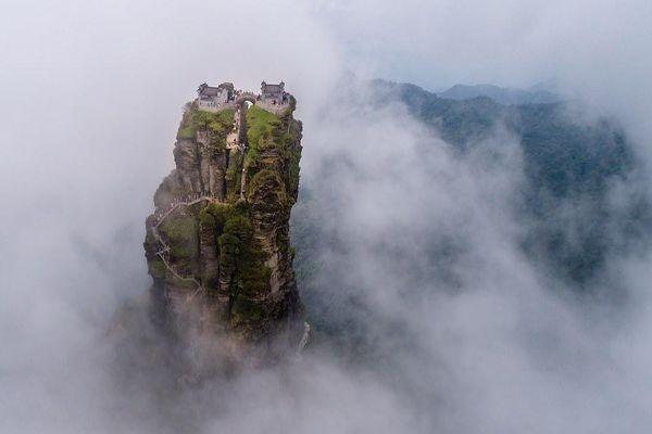 Ấn tượng ngôi đền nằm cheo leo trên đỉnh núi đá giữa muôn trùng mây