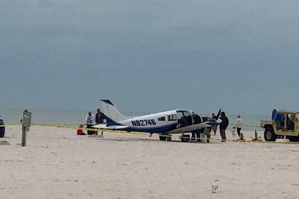 Thót tim màn máy bay hạ cánh khẩn cấp trên bờ biển Florida, Mỹ