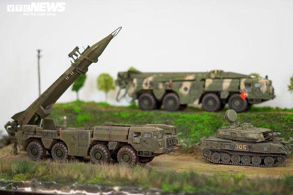 Ngắm dàn xe tăng, tên lửa mô hình cực hiếm của người đàn ông 7X