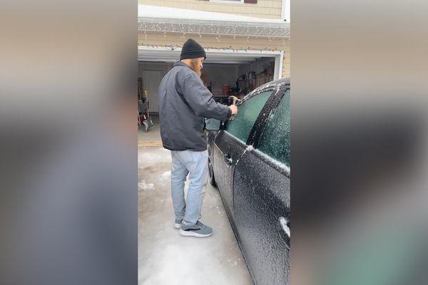 Người đàn ông 'rã đông' xe hơi bằng búa