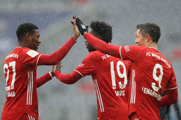 Lewandowski lập công, Bayern giữ vững ngôi đầu