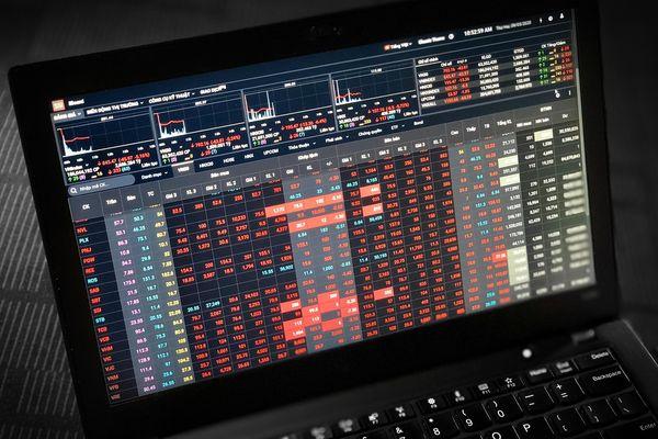 Nhà đầu tư bán tháo, chứng khoán giảm mạnh nhất 20 năm