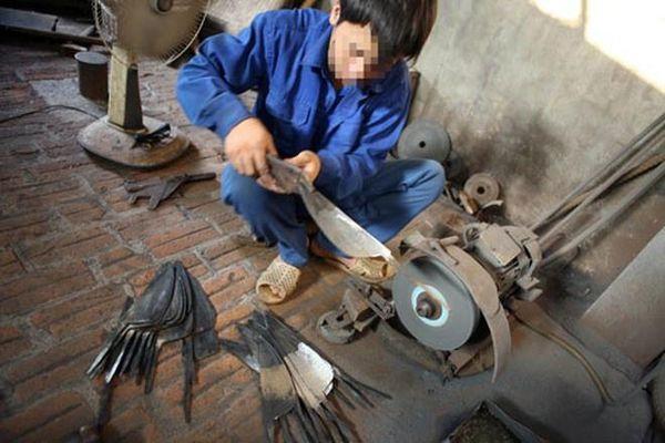 Thuê thợ làm vũ khí để hỗn chiến
