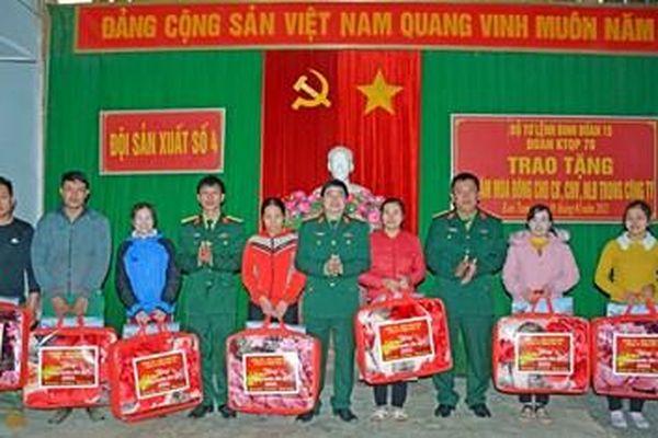 Tặng chăn ấm cho người lao động và đồng bào xã Mô Rai