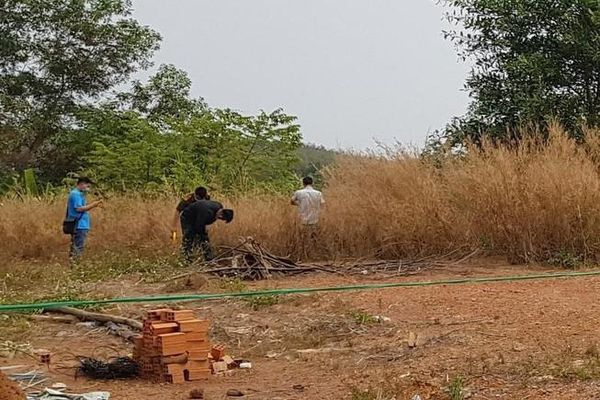 Phát hiện thi thể người đàn ông trong đám cỏ: Nạn nhân mặc áo đen, quần màu nâu đất