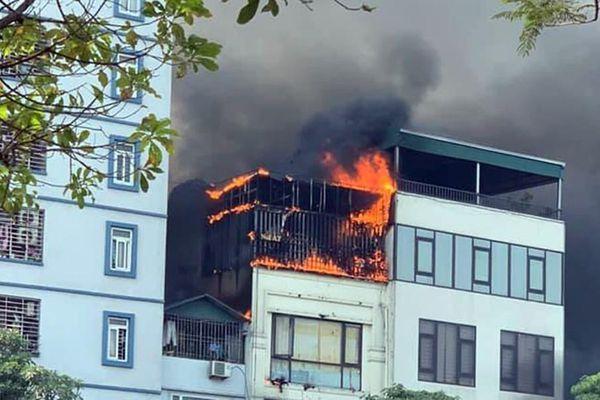 Quán lẩu ở Hà Nội bốc cháy ngùn ngụt giữa trưa