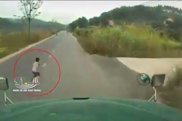 Cháu bé băng sang đường thiếu quan sát bị container cuốn vào gầm