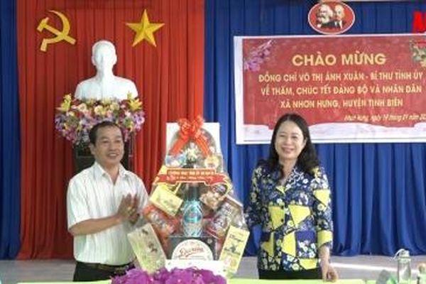 Bí thư Tỉnh ủy An Giang Võ Thị Ánh Xuân đến thăm, chúc Tết Đảng bộ, chính quyền và nhân dân xã Nhơn Hưng