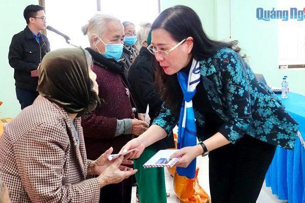 Bí thư Tỉnh ủy thăm, tặng quà Tết cho các hộ gia đình chính sách ở xã Tịnh Giang