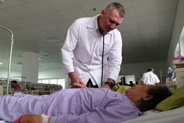 Quảng Bình tặng bằng khen cho 6 chuyên gia y tế Cuba