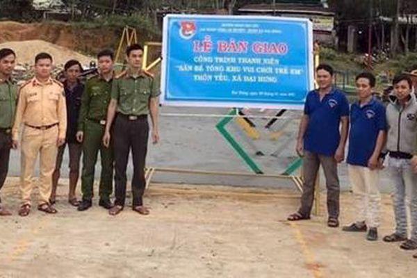 Tuổi trẻ Công an giúp làm khu vui chơi tại thôn Yều
