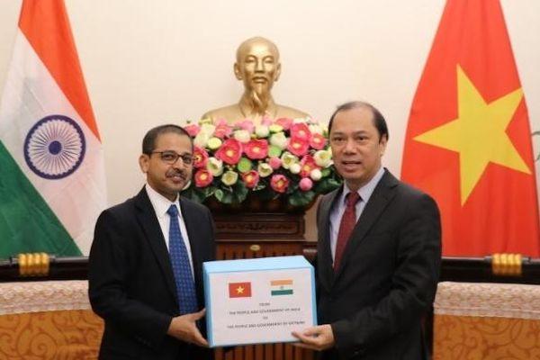 Ấn Độ trao tặng Việt Nam hàng cứu trợ ủng hộ đồng bào lũ lụt miền trung