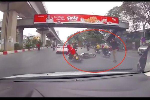 Thanh niên đi bộ sang đường ẩu, 'vạ lây' cho hai người đi xe máy