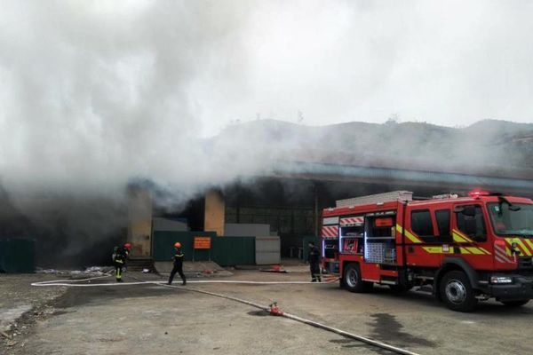 Cháy kho hàng ở cửa khẩu Bắc Phong Sinh