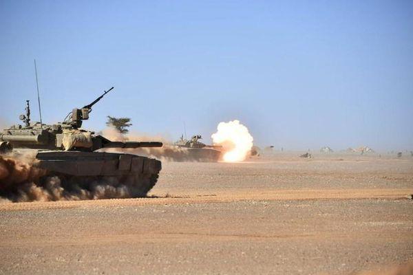 Rùng mình cảnh tượng xe tăng T-90SA Algeria 'gầm ra lửa' giữa xa mạc