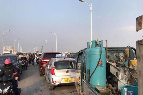 5 ô tô va chạm liên hoàn, cầu Vĩnh Tuy ùn tắc kéo dài