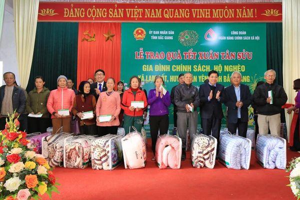 Mang quà Tết ấm tình về Bắc Giang