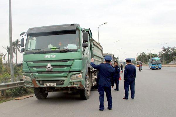 Tài xế gọi điện khắp nơi cầu cứu khi bị xử lý chở quá tải qua cầu Thăng Long