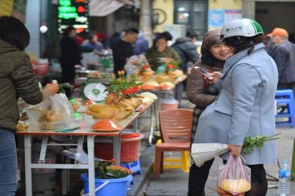 Cảm nhận không khí Tết đến gần ở 'chợ nhà giàu' khu phố cổ Hà Nội