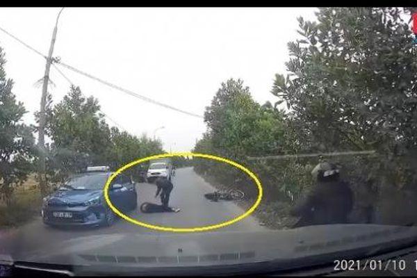 Camera giao thông: Đầu trần, phóng xe lạng lách trên đường, hai thanh niên bị con bê chạy ngang hạ gục