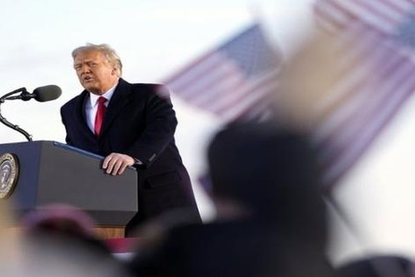 Mỹ nổ 21 phát đại bác chia tay Tổng thống Trump