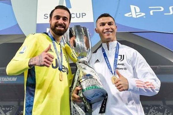 Juventus ăn mừng danh hiệu đầu tiên ở mùa này