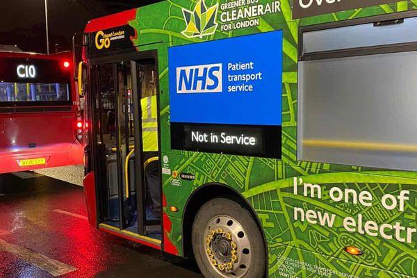 Ca nhiễm tăng vọt, London phải dùng xe buýt để chở bệnh nhân