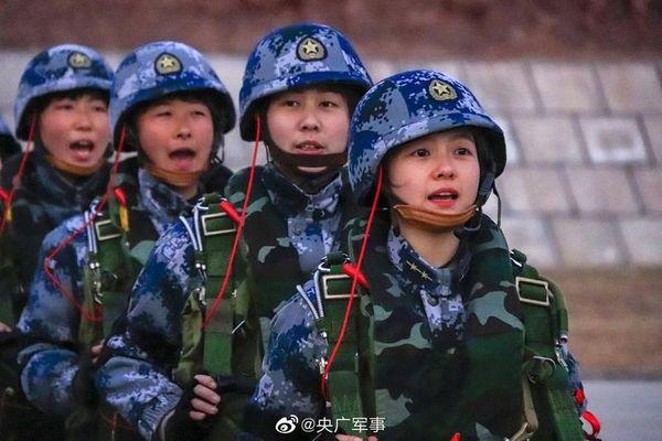 Mê mệt với nhan sắc của nữ quân nhân lực lượng Dù Trung Quốc