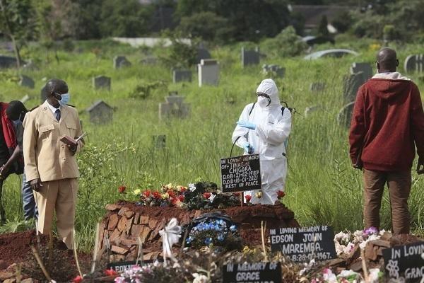 Ngoại trưởng Zimbabwe tử vong vì Covid-19, Bắc Kinh phong tỏa một phần