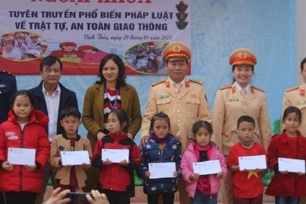Tuyên truyền pháp luật ATGT, tặng quà cho học sinh khó khăn tại Quảng Trị