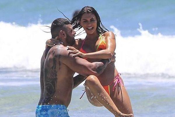 Kiki Morris nóng bỏng với bikini, vui đùa tình tứ bạn trai ở biển