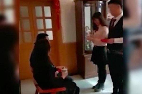 Bận việc, nam cảnh sát Trung Quốc tranh thủ kết hôn trong... một phút