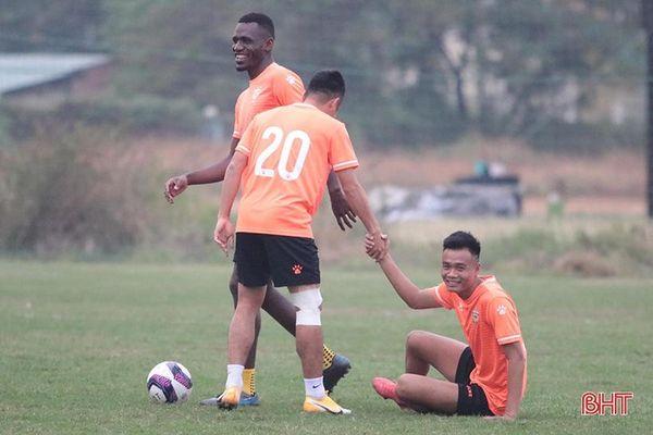 Hồng Lĩnh Hà Tĩnh tập luyện vui vẻ trên sân Phú Thọ - TP Hồ Chí Minh
