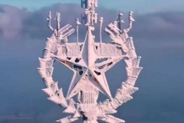 Tháp truyền hình Ostankino ở Moscow bị tuyết phủ trắng