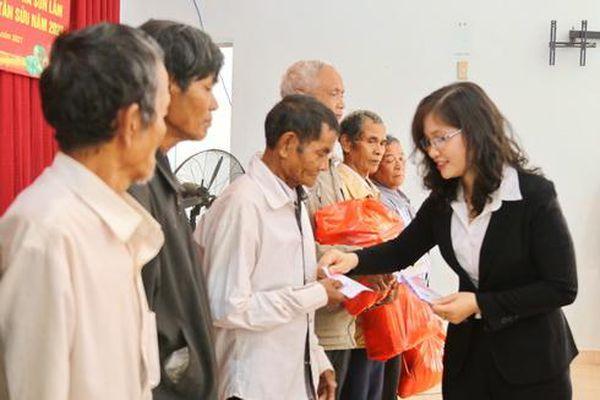 Thăm, tặng quà Tết cho người dân xã Sơn Lâm