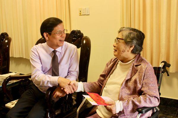 Chủ tịch UBND tỉnh Nguyễn Tấn Tuân thăm gia đình các vị nguyên cán bộ chủ chốt của tỉnh đã từ trần
