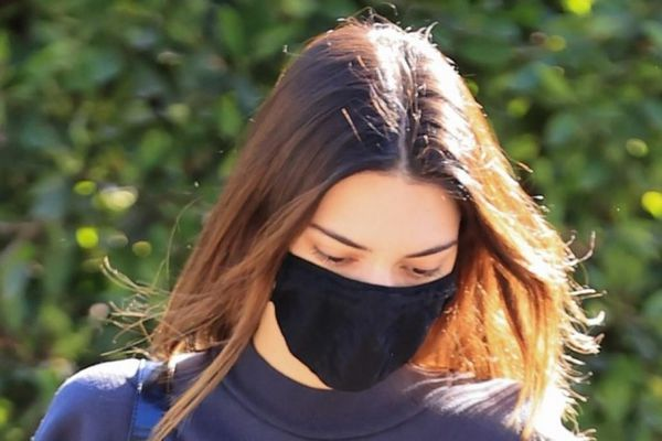 Kendall Jenner mặc đồ giản dị tự lái siêu xe đi thăm bạn