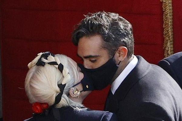 Lady Gaga ngọt ngào hôn bạn trai doanh nhân