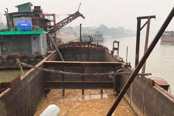 Bắt giữ 1 tàu khai thác cát trái phép trên sông Hồng