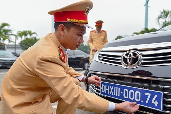 Kiểm tra, gắn biển xe ô tô phục vụ Đại hội Đảng lần thứ XIII