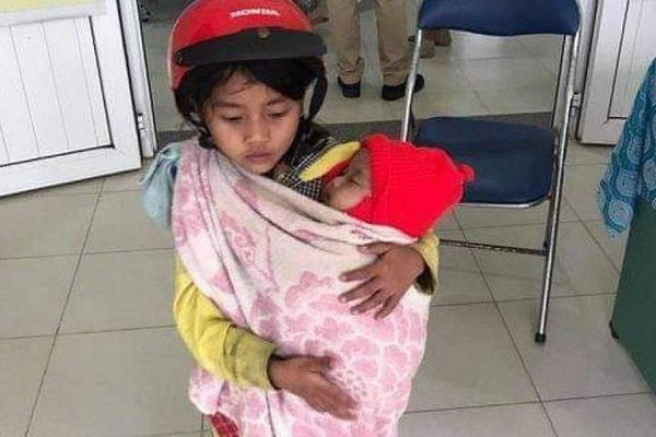 Quảng Ngãi: Xúc động chị gái 7 tuổi địu em 5 tháng tuổi đi tiêm chủng