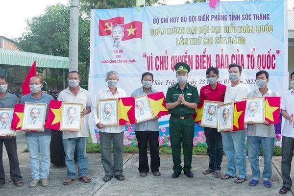 Sóc Trăng: Bộ đội biên phòng trao cờ và ảnh Bác cho ngư dân