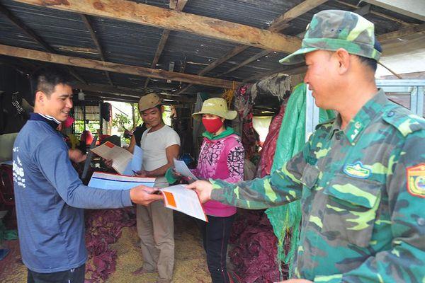Chiến sỹ biên phòng 'gõ cửa từng nhà' tuyên truyền phòng dịch
