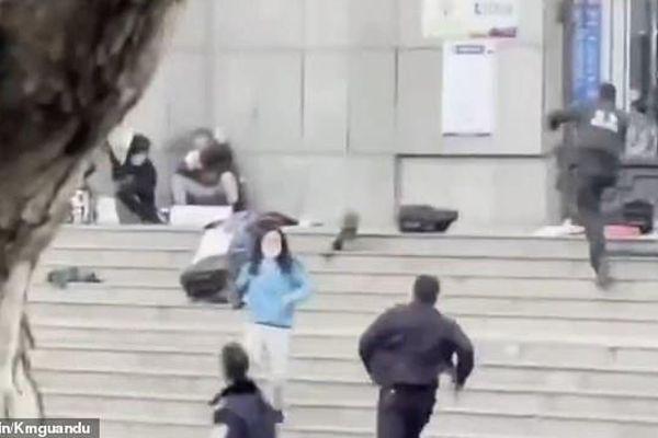 Cảnh sát Trung Quốc bắn trúng đầu kẻ bắt cóc học sinh