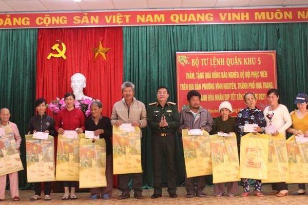 Bộ Tư lệnh Quân khu 5 tặng quà Tết cho gia đình chính sách, hộ nghèo phường Vĩnh Nguyên