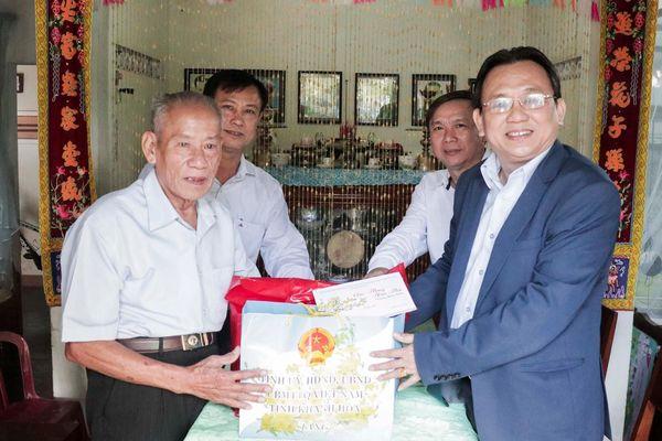 Thăm, tặng quà Tết các gia đình chính sách tiêu biểu huyện Vạn Ninh