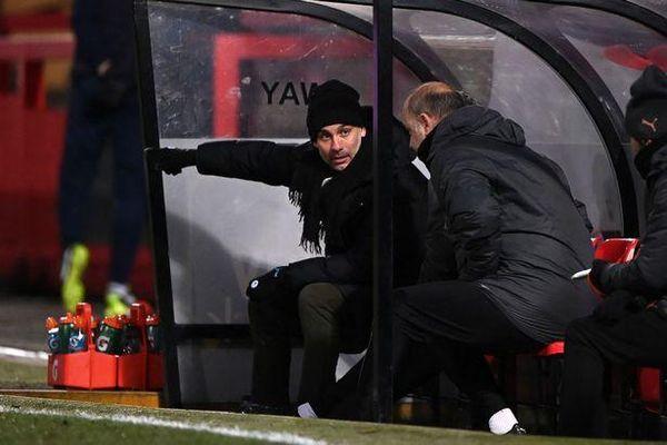 Man City suýt bị loại, Guardiola bị chế giễu