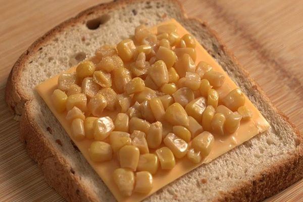 Học làm sandwich phô mai nhanh gọn bằng lò vi sóng